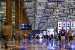 SINGAPORE - JANUARI 8, 2017: Besökare går runt om avvikelsen Hall i Changi den internationella flygplatsen, Singapore Arkivfoton