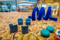 SINGAPORE, SINGAPORE - JANUARI 30, 2018: Boven binnenmening van mooie blauwe abstracte die kunst op een zitkamergebied wordt geve Royalty-vrije Stock Foto's