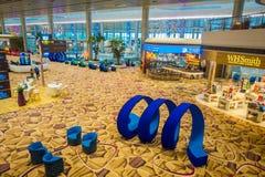 SINGAPORE, SINGAPORE - JANUARI 30, 2018: Boven binnenmening van mooie blauwe abstracte die kunst op een zitkamergebied wordt geve Stock Foto