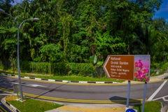 SINGAPORE SINGAPORE - JANUARI 30 2018: Informativt tecken på skriva in av den nationella orkidéträdgården i Singapore Det är Arkivbild