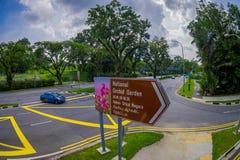 SINGAPORE SINGAPORE - JANUARI 30 2018: Informativt tecken på skriva in av den nationella orkidéträdgården i Singapore Det är Royaltyfri Bild