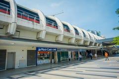 SINGAPORE SINGAPORE - JANUARI 30, 2018: MRT för drevet för Singapore mass reser snabb på spåret Mrten har 106 stationer Arkivfoton