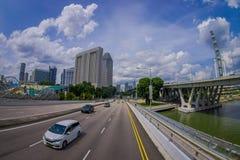 SINGAPORE, SINGAPORE - JANUARI 30 2018: Openluchtmening van vele auto's in een weg met een binnen complexe woningbouw Stock Foto's