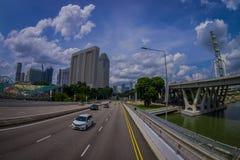 SINGAPORE, SINGAPORE - JANUARI 30 2018: Openluchtmening van vele auto's in een weg met een binnen complexe woningbouw Stock Foto