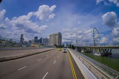 SINGAPORE, SINGAPORE - JANUARI 30 2018: Openluchtmening van vele auto's in een weg met een binnen complexe woningbouw Stock Fotografie