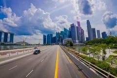 SINGAPORE, SINGAPORE - JANUARI 30 2018: Openluchtmening van vele auto's in een weg met een binnen complexe woningbouw Stock Afbeeldingen
