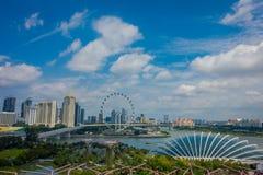 SINGAPORE SINGAPORE - JANUARI 30, 2018: Ovanför sikt av molnet Forest Flower Dome på trädgårdar vid fjärden i Singapore med Arkivbild