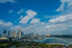 SINGAPORE SINGAPORE - JANUARI 30, 2018: Ovanför sikt av molnet Forest Flower Dome på trädgårdar vid fjärden i Singapore med Royaltyfri Bild