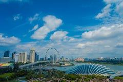 SINGAPORE SINGAPORE - JANUARI 30, 2018: Ovanför sikt av molnet Forest Flower Dome på trädgårdar vid fjärden i Singapore med Royaltyfria Foton