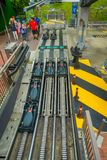 SINGAPORE SINGAPORE - JANUARI 30, 2018: Ovanför sikt av svarta vagnar i en järnväg i Sentosa Luge Skyride, Singapore Arkivfoton