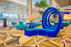 SINGAPORE, SINGAPORE - JANUARI 30, 2018: Schitterende binnenmening van mooie blauwe abstracte die kunst op een zitkamergebied wor Royalty-vrije Stock Fotografie