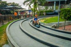 SINGAPORE SINGAPORE - JANUARI 30, 2018: Slutet upp av manridningen av en Sentosa Skyride Luge in, i Singapore Royaltyfria Bilder