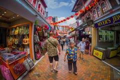 SINGAPORE SINGAPORE - JANUARI 30 2018: Utomhus- sikt av folk som går på den offentliga marknaden den Lau Pa Sat festivalmarknaden arkivbilder