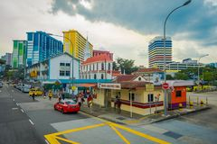 SINGAPORE SINGAPORE - JANUARI 30 2018: Utomhus- sikt av några bilar som cirkulerar i en gata och en Urban plats i Royaltyfri Bild