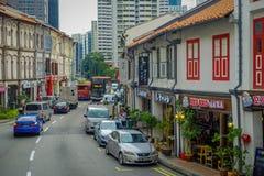 SINGAPORE SINGAPORE - JANUARI 30 2018: Utomhus- sikt av några bilar som cirkulerar i en gata och en Urban plats i Royaltyfria Foton