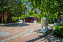SINGAPORE SINGAPORE - JANUARI 30, 2018: Utomhus- sikt av vit stenade djur som lokaliseras på trädgårdar av fjärden i Singapore Royaltyfri Fotografi