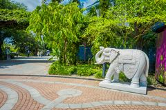 SINGAPORE SINGAPORE - JANUARI 30, 2018: Utomhus- sikt av vit stenade djur som lokaliseras på trädgårdar av fjärden i Singapore Royaltyfria Foton