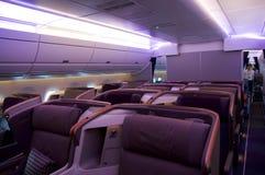 SINGAPORE - JULI 22, 2016: Affärsgrupp i flygbussen A350 Arkivbilder