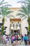 SINGAPORE - Juli 20 2015: Besökare som går på den forntida Egypten Royaltyfria Foton