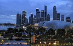 SINGAPORE - JULI 2007: De horizon van Singapore bij zonsondergang en bewolkte hemel Stock Foto's