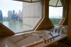 SINGAPORE - JULI drieëntwintigste, 2016: de ruimte van het luxehotel met modern binnenlands, mooi Groot badkamersmarmer Stock Foto's
