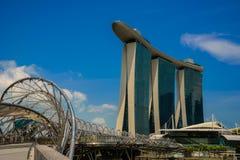 SINGAPORE - JULI 10: Marina Bay sandhotell på blå himmel som är Royaltyfri Bild