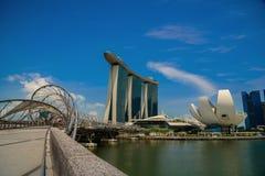 SINGAPORE - JULI 10: Marina Bay sandhotell på blå himmel som är Fotografering för Bildbyråer