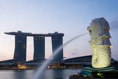 SINGAPORE JULI 16 2015: Merlionen och Marina Bay Sands Re Arkivbilder
