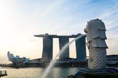 SINGAPORE JULI 16 2015: Merlionen och Marina Bay Sands Re Arkivfoto