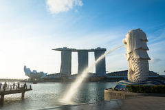 SINGAPORE JULI 16 2015: Merlionen och Marina Bay Sands Re Royaltyfri Foto