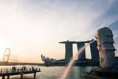 SINGAPORE JULI 16 2015: Merlionen och Marina Bay Sands Re Royaltyfri Fotografi