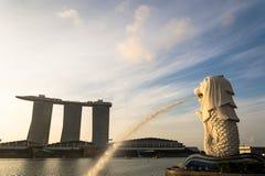 SINGAPORE JULI 16 2015: Merlionen och Marina Bay Sands Re Royaltyfri Bild