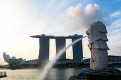 SINGAPORE JULI 16 2015: Merlionen och Marina Bay Sands Re Fotografering för Bildbyråer