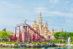 20 Singapore-juli 2015: mooie kasteel en achtbaan in U Stock Afbeelding