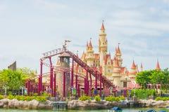20 Singapore-juli 2015: mooie kasteel en achtbaan in U Stock Foto's