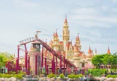 20 Singapore-juli 2015: mooie kasteel en achtbaan in U Royalty-vrije Stock Afbeelding