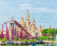 20 Singapore-juli 2015: mooie kasteel en achtbaan in U Stock Foto