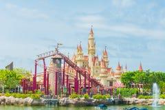 20 Singapore-juli 2015: mooie kasteel en achtbaan in U Stock Afbeeldingen