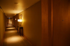 SINGAPORE - JULI 23rd, 2016: korridor för lyxigt hotell med den moderna inre, härlig belysning Royaltyfri Fotografi