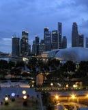 SINGAPORE - JULI 2007: Sikt på aftonstaden av centret, royaltyfri bild