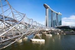 Singapore - Juli 10: Spiralbro som leder till Marina Bay Sands Hotel, 10 Juli 2013 Royaltyfri Foto