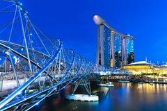 Singapore - Juli 10: Spiralbro som leder till Marina Bay Sands Hotel på natten, 10 Juli 2013 Royaltyfri Foto