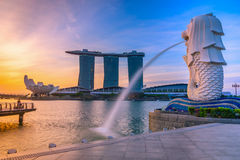 SINGAPORE-JULY 9, 2016: Den Merlion statyspringbrunnen i Merlion parkerar royaltyfri fotografi