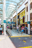 SINGAPORE - JUNE 20: Tourist shopping in Chinatown (Niu Che Shui Stock Images