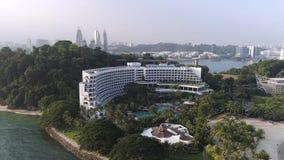 SINGAPORE - Juni 2018: Bästa sikt av hus på Palmet Beach skjutit Bästa sikt av havet med palmträd och det lyxiga hotellet lager videofilmer