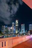 16,2016 Singapore-juni: De stadshorizon van Singapore bij nacht Stock Foto