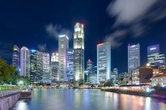 16,2016 Singapore-juni: De stadshorizon van Singapore bij nacht Stock Foto's