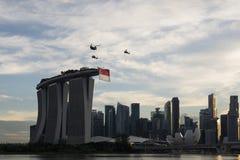 Singapore Singapore - Juni 30, 2018: Helikoptrar som bär Singapore, sjunker på Marina Bay i medborgaren Da royaltyfri foto