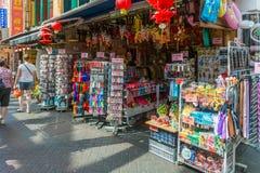 SINGAPORE - JUNI 20: Livlig gata av kineskvarterområdet på J Arkivbilder