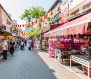 SINGAPORE - JUNI 20: Livlig gata av kineskvarterområdet på J Royaltyfri Bild